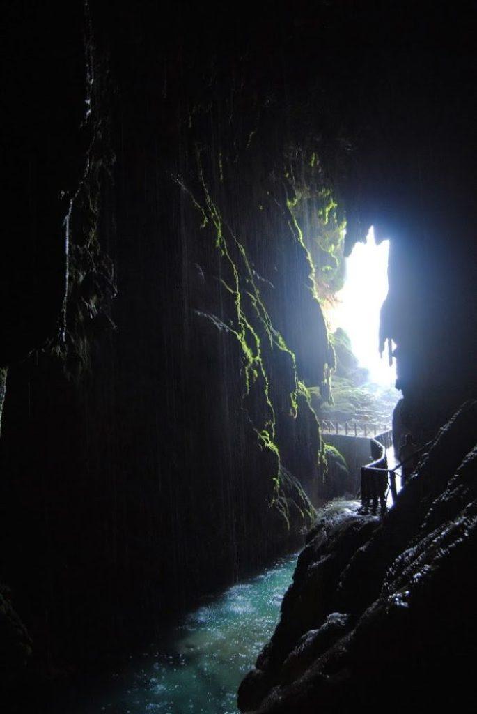Interior de la catarata Cola de Caballo