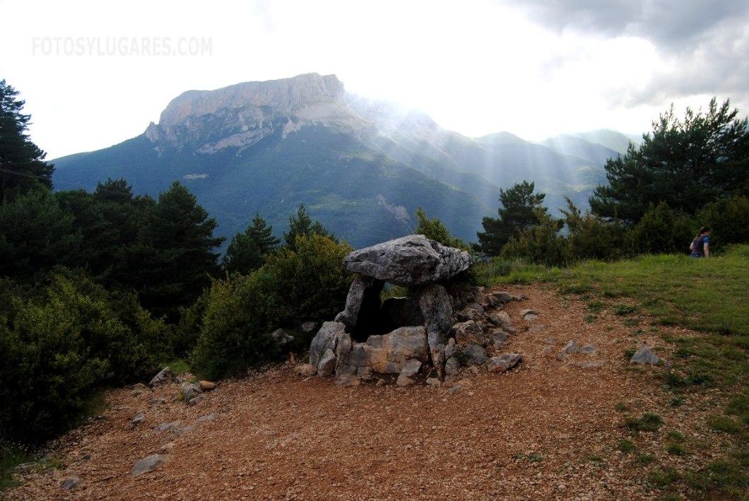 Dolmen de Tella cerca de la ruta de las ermitas