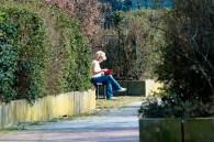 Eine Frau ganz allein umgeben von Plattenbauwohnungen