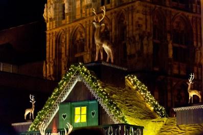 Ein Reh schmückt hier das Dach eines Geschäfts am Dom
