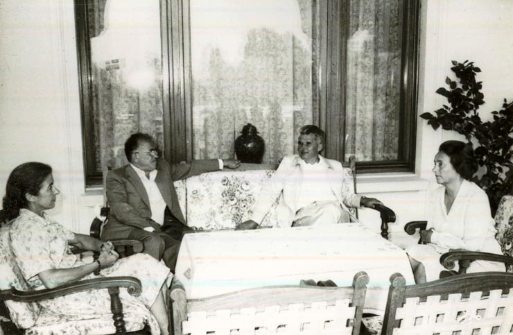 Nicolae Ceauşescu, secretar general al P.C.R., şi Elena Ceauşescu s-au întâlnit în staţiunea Neptun cu Santiago Carrillo, secretar general al P.C. din Spania, care, împreună cu soţia, se află la odihnă în ţara noastră.(5.VIII.1978)