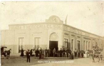 """Almacén """"El Sol"""" de Felipe Yarza. Santa Rosa (1902). El comercio estaba ubicada en calles 25 de Mayo e Yrigoyen, esquina noreste."""