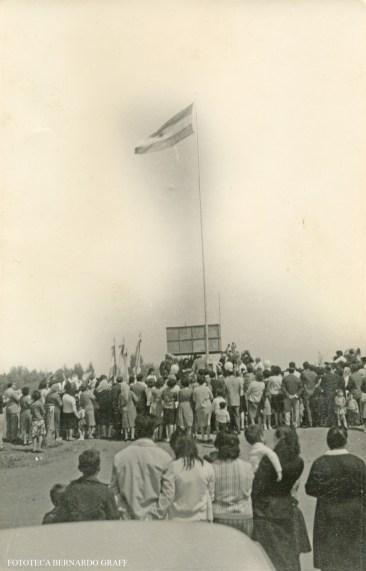 La Maruja, año 1964. Inauguración Mastil a La Patria. El mástil no existe, fue destruído en 1979 y en su lugar se encuentra el edificio de la Municipalidad. Referencias: