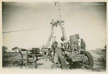 """La Maruja 1972. Trabajadores haciendo una perforación en el establecimiento rural """"La Tinajera""""."""