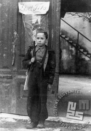 Pionir iz Vipave na straži. Pionirski odredi, sestavljenih iz malih partizanov, so poleg političnega pouka imeli tudi vojaške vaje.