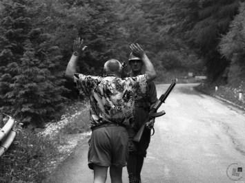 Nemški turist roti vojaka JLA naj ga izpusti čez mejo na Jezerskem. Jezersko, 27. 6. 1991. Foto Nace Bizilj, hrani: MNZS.