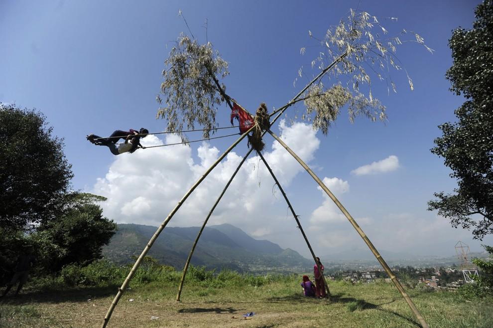 Дети играют на качели