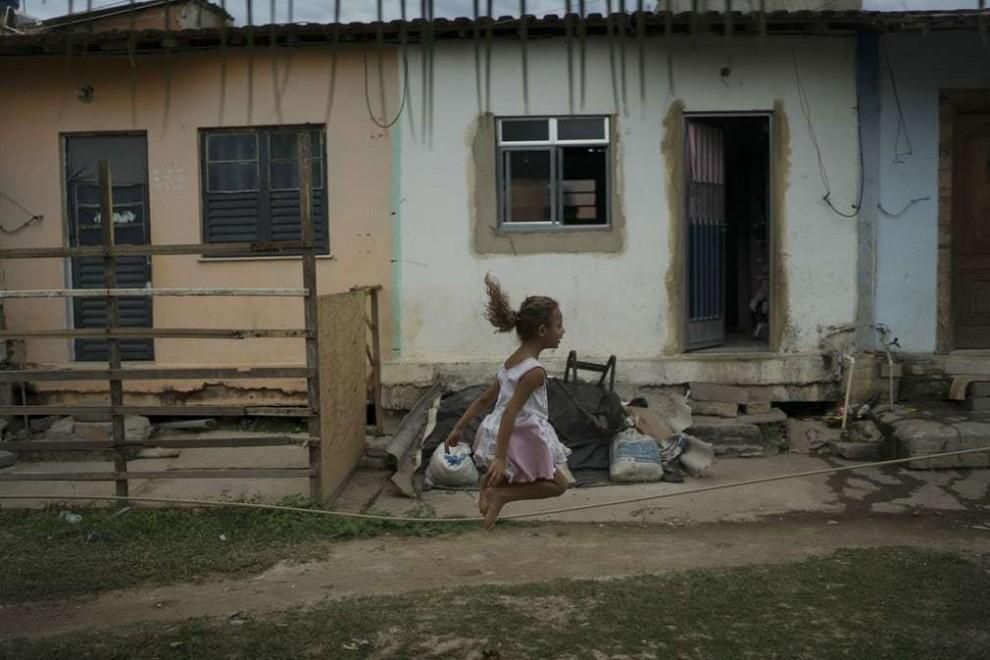 Девочка играет в трущобах