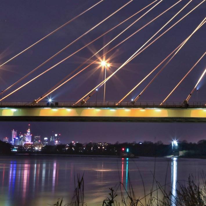 Wisła o oddali Warszawa w nocnych neonach