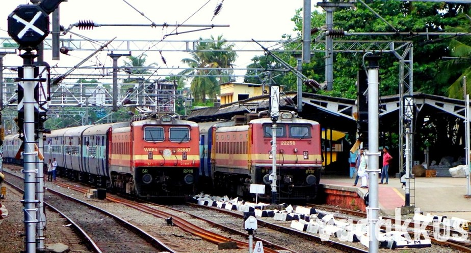 Two WAP4-led Trains Wait Side-by-Side at Ernakulam