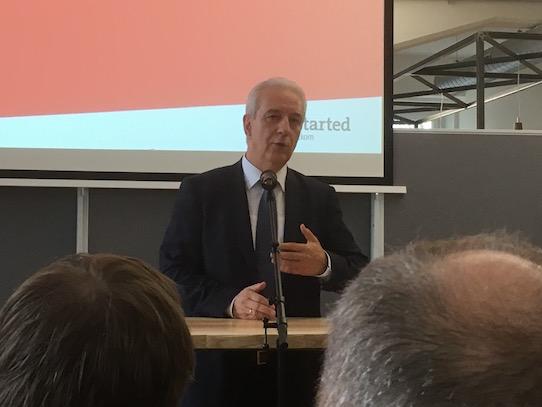 Stanislaw Tillich bei seinem Vortrag. Im Anschluss folgte die Podiumsdiskussion. Foto: Stephan Hönigschmid