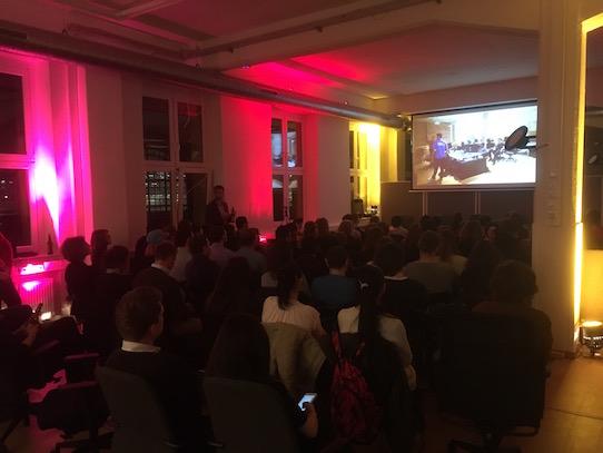 Auf einer großen Leinwand wurde der Film dem Publikum präsentiert. Foto: Stephan Hönigschmid