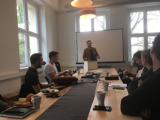 Am Anfang sprach Gründernest-Chef Sören Frost, der das Gründerfrühstück organisiert, ein paar einleitende Worte. Foto: Stephan Hönigschmid