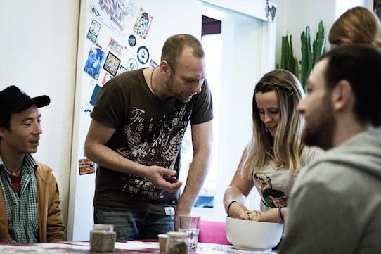Torsten Görg (2.v.l.) von Kornkreise bäckt mit mit den Besuchern des Workshops frisches Brot. Foto: Subcultours/PR