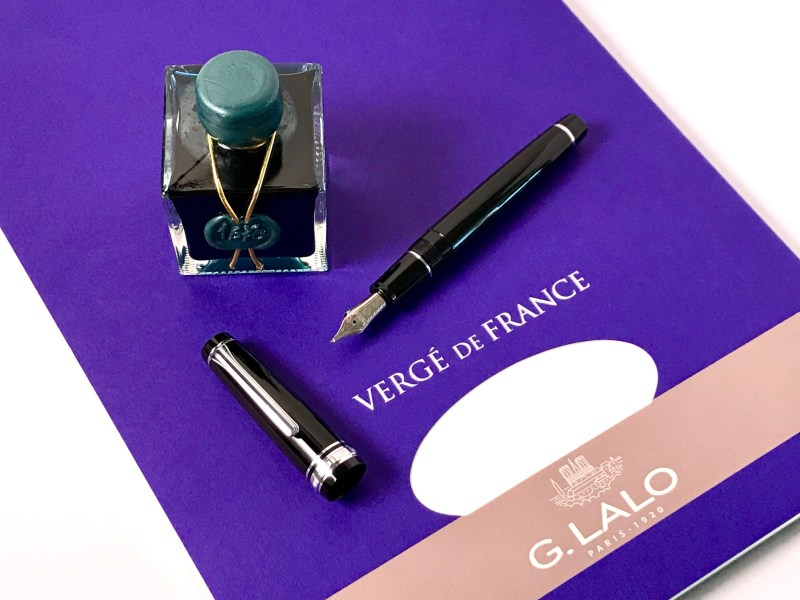 photograph a fountain pen with iphone emerald of chival ink
