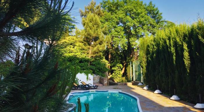 Бассейн и парк в «Villa Bonne Maison with Garden»