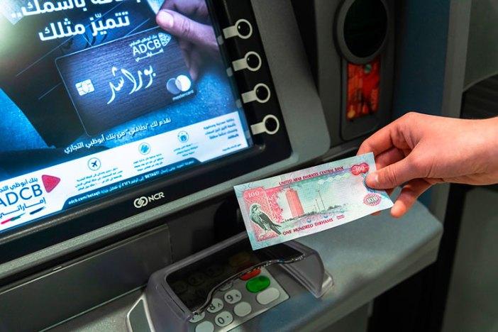Где менять деньги в ОАЭ: снятие в банкомате