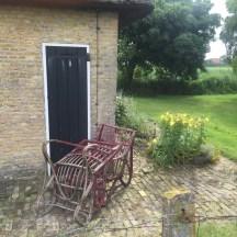 tuin stoelen naast baksteen gebouw