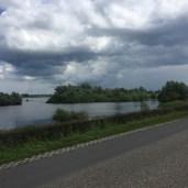 rivier naast dijkweg