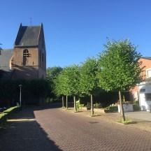 kerk en baksteen weg in Terwolde, Gelderland