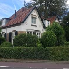 huis aan hoek met struikgewas en bomen Heveadorp, Gelderland
