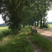 fietspad bord naast heel smal aarde pad