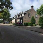 baksteen huizen langs straat