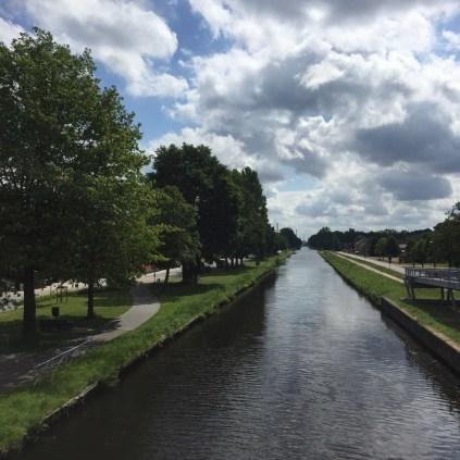 lang kanaal met bomen en fietspad