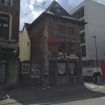 oude gebouw met borden van duvel, de konnick, de schacht