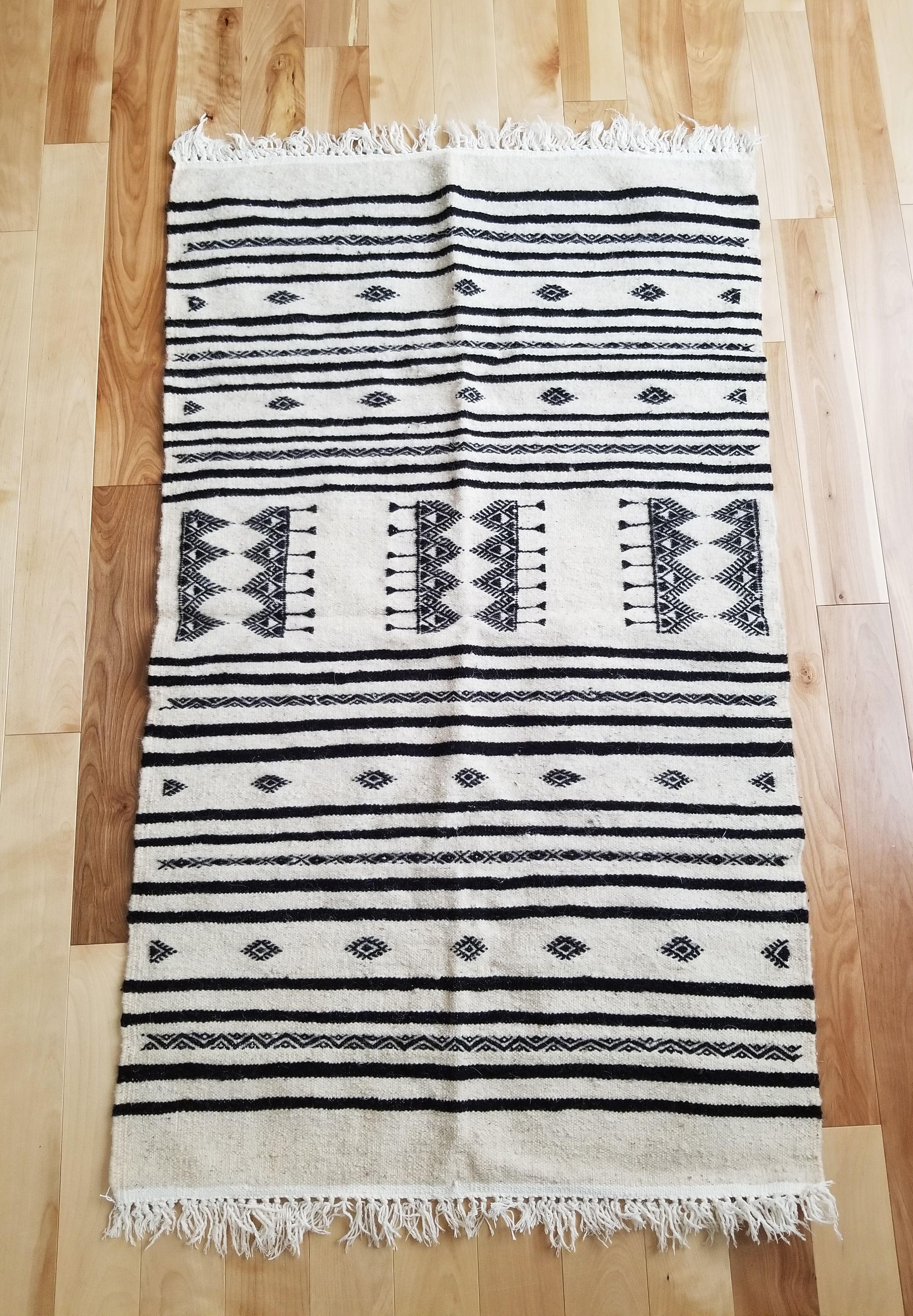 margoum tunisien tapis laine boho ecru motifs noirs 2 3 x4