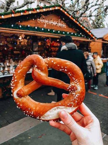 manger-bretzel-marche-de-noel-strasbourg