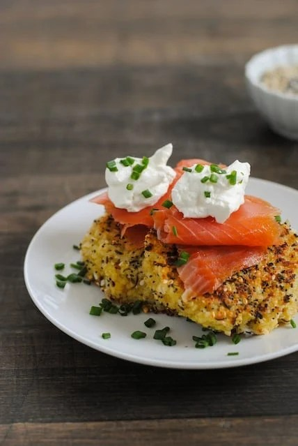 Everything Bagel Quinoa Cakes with Smoked Salmon & Crème Fraîche - Crispy quinoa patties perfect for breakfast, brunch, lunch or a light dinner! | foxeslovelemons.com