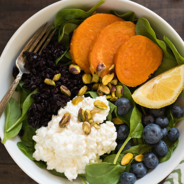 Superfood Power Lunch Bowl - Fuel yourself for long afternoons with this power-packed lunch bowl. Baby spinach is topped with cottage cheese, black rice, roasted sweet potatoes, blueberries and pistachios. | foxeslovelemons.com