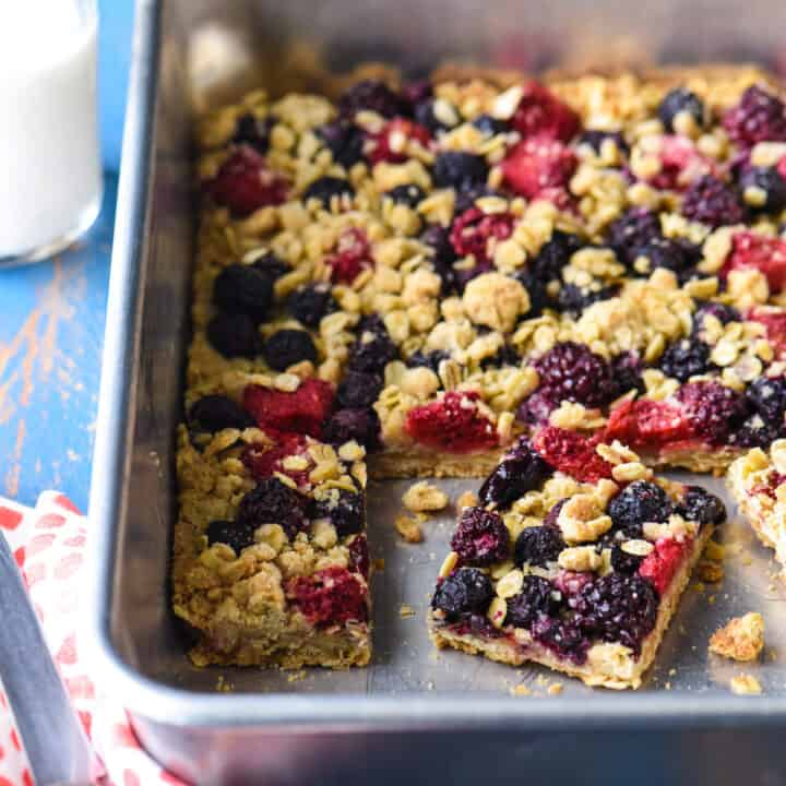 TheseTriple Berry Crisp Bars are the perfect way to celebrate summer's best fruit. They're perfect for a barbecue or picnic, because they can be made in advance, and travel well! | foxeslovelemons.com