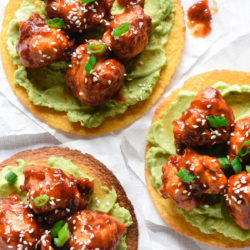 Take vegetarian tacos to a new level with these General Tso's Cauliflower Tacos. Cauliflower florets are battered, fried and tossed with an easy homemade General Tso's Sauce. Serve in tortillas with mashed avocado! | foxeslovelemons.com