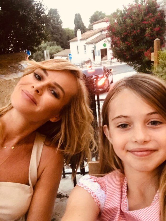 Amanda and her younger daughter Hollie