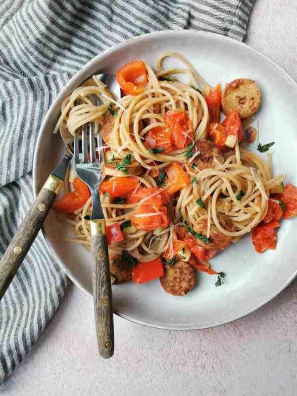 Vegetarische pasta met rode saus