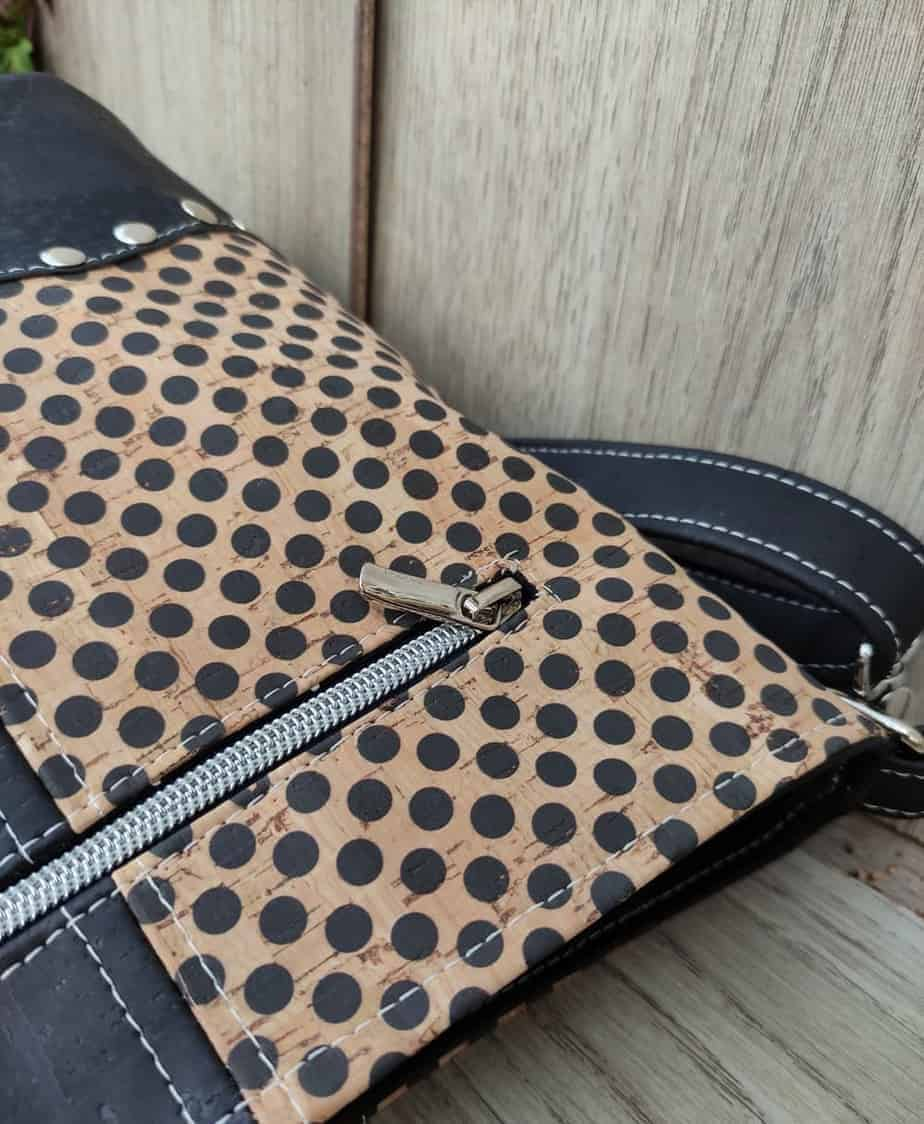 2 kleuren schoudertas kurk zwart met leuke stippen detail