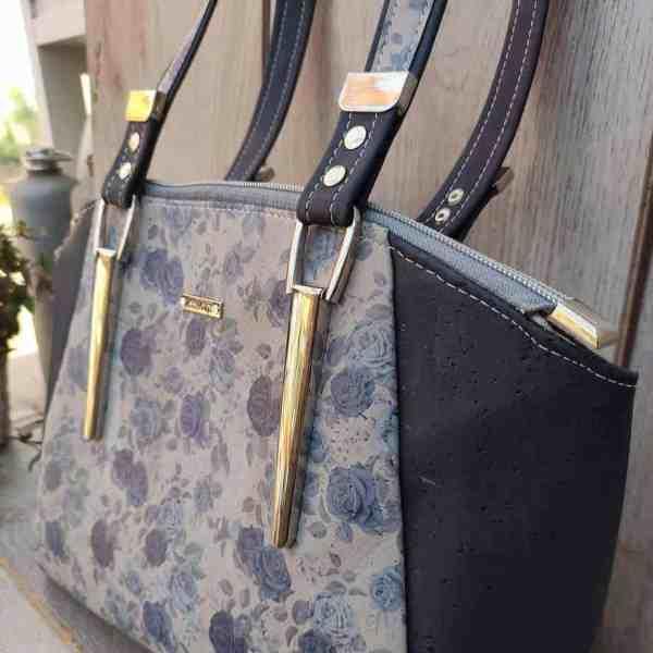 Schoudertas kurk met blauwe rozen die de tas zeker uniek maken! zijkant
