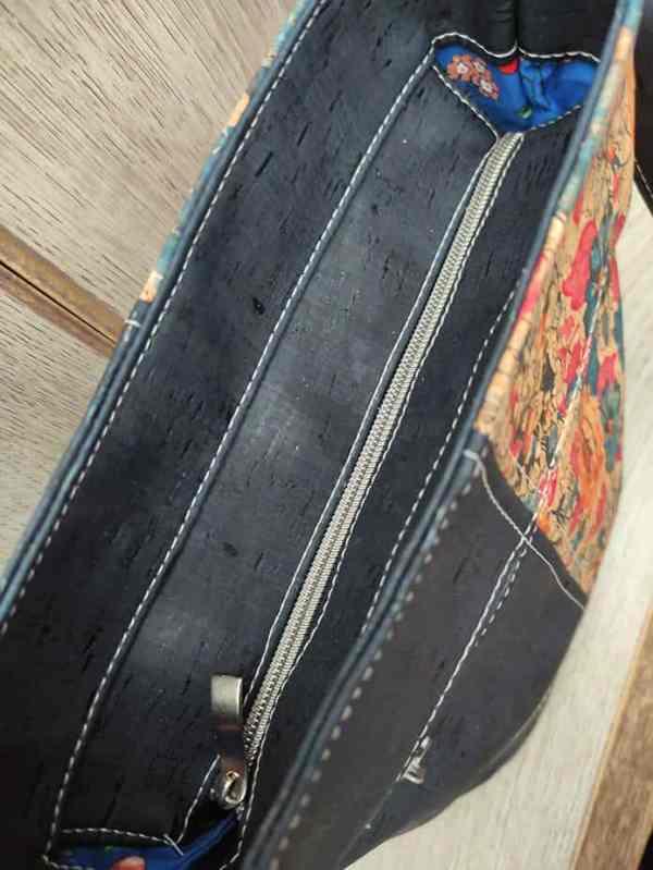 kurk schoudertas blauw met bloemenprint bovenkant