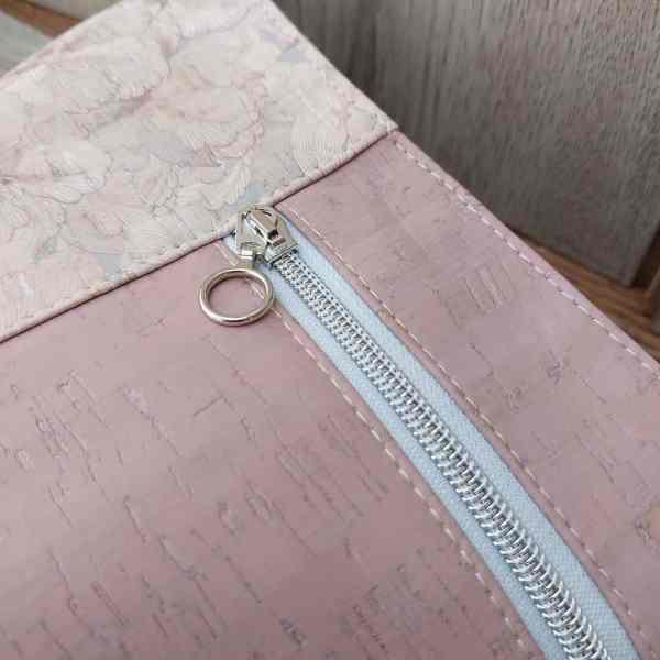 kurk tas-schoudertas roze met witte details detail