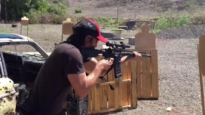 キアヌ・リーヴス、実銃でマトリックス並みの戦闘能力を披露