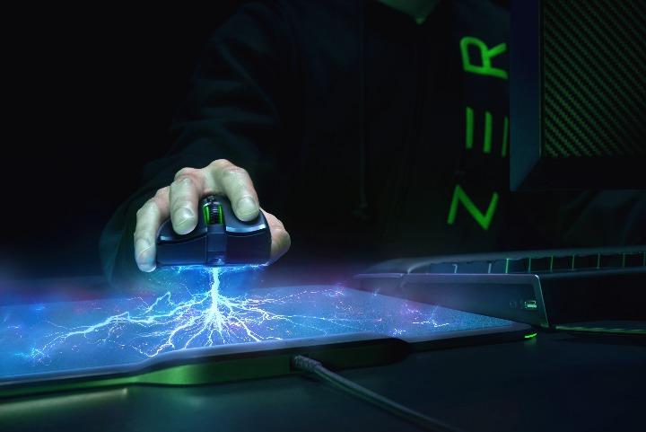 Razer、マウスパッドから充電する世界初のバッテリーレス&ワイヤレスゲーミングマウス「Razer Mamba HyperFlux」発表(CES 2018)