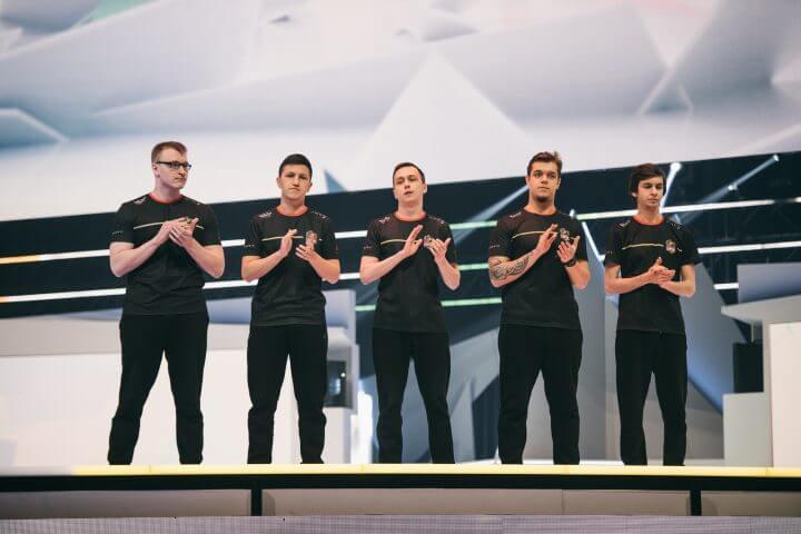 左からScyther選手、JoyStiCK選手、Shockwave選手、karzheka選手、ShepparD選手