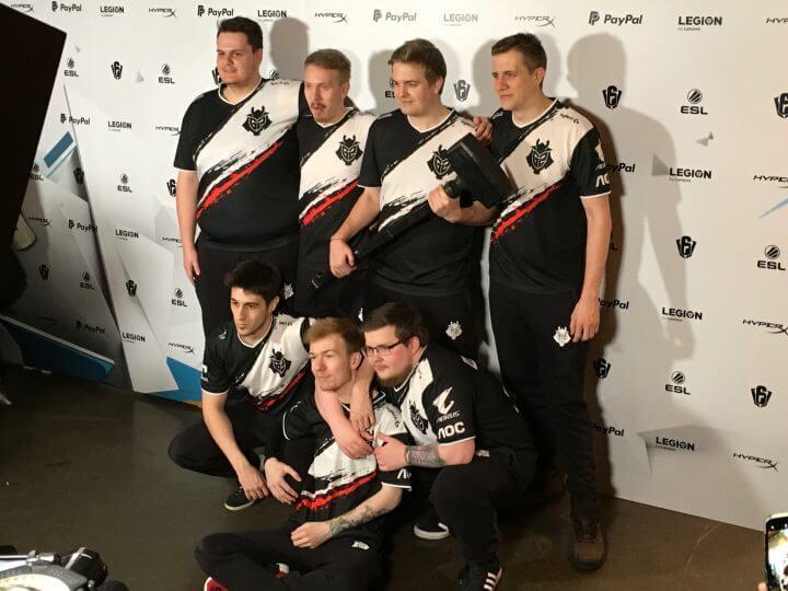 後列左からShas[O]Udasコーチ、jNSzki選手、Fabian選手、Suaアナリスト 前列左からGoga選手、Pengu選手、Kantoraketti選手