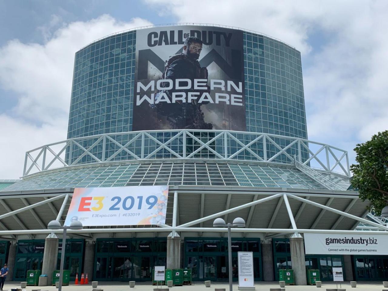 E3会場に出現したCoD:MWの巨大ポスター