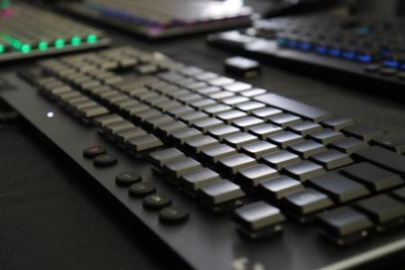 ロジクール、厚さ22mmで高速入力が可能な薄型ゲーミングキーボード 「G913 ワイヤレス」「G813」8月29日発売