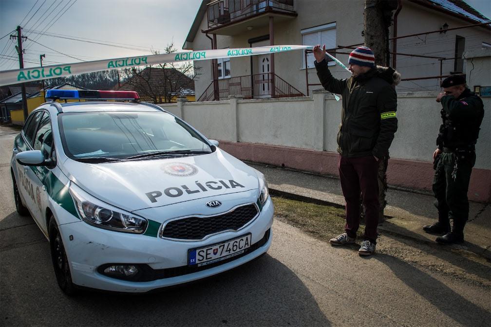 policiers-slovaques-stationnent-26-02-2018-devant-domicile-journaliste-investigation-Jan-Kuciak-27-balle-ensemblesa-compagne-Martina-Kusnirova-Velka-Maca-environ-65-Bratislava_1_1399_933.jpg