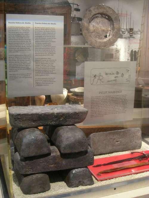Lingots d'argent des mines du Potosi, marque et numéro de série visibles ; sauvés de l'épave du Nuestra Senora de Atocha coulé en 1622. Musée d'Histoire de Miami, Floride, USA. © Wikimedia Commons, domaine public.