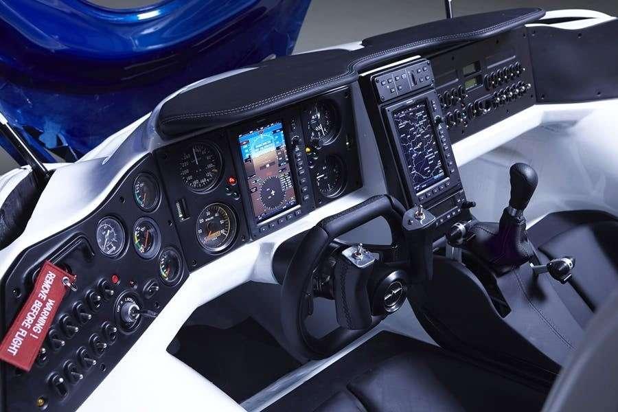 Le poste de pilotage de l'AeroMobil dispose de toute l'instrumentation aéronautique nécessaire. Le volant se double d'un manche. © AeroMobil